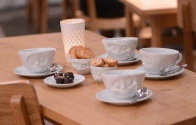 V pondelok ráno pijem kávu zásadne z usmiateho hrnčeka